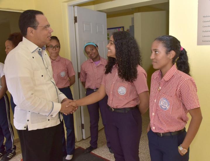 Peña Mirabal visita politécnico de Villa Tapia yCentro de Formación Integral Cigar Family en Bonao