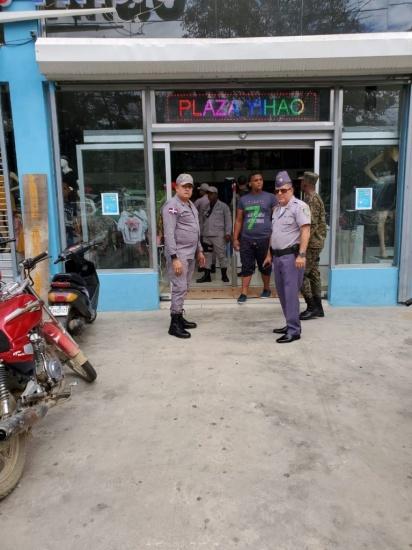 Policía y Ejército cierran negocios en Mao tras medidas gobierno por Covid-19