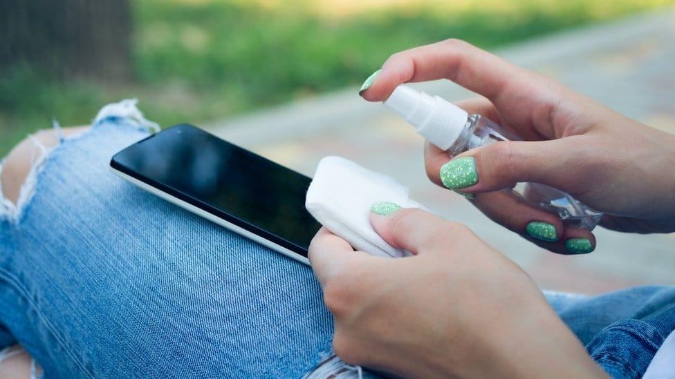 Cómo limpiar tu celular para prevenir el contagio del covid-19