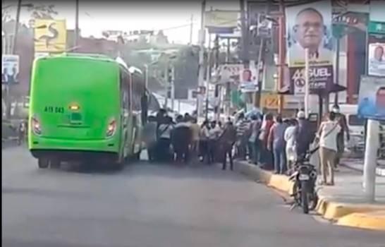 Molotes de personas esperan por autobuses de la OMSA