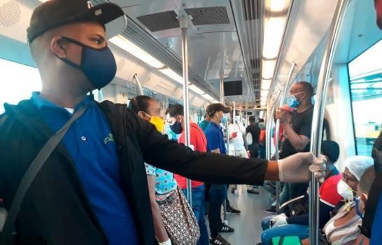 Los primeros usuarios del Metro de Santo Domingo tras dos meses paralizado