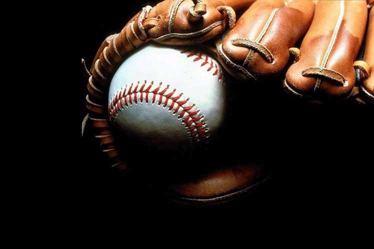 Diamantes de béisbol en tonos grises
