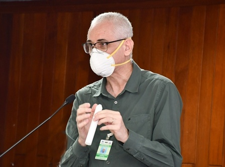 Ministro de Salud saliente presenta detector covid-19 israelí