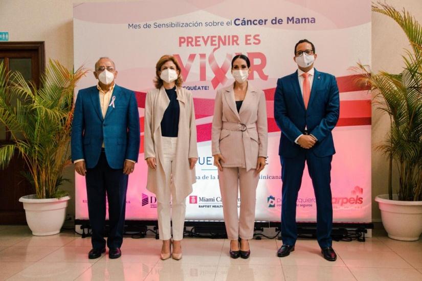 Raquel Arbaje antes de inicio de charla sobre cáncer de mama.