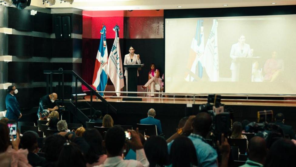 Raquel Arbaje mientras participaba en charla de cáncer de mama.