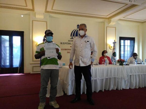 Rafael Salazar encabeza acto de entrega de Títulos de propiedad a 55 labriegos en la provincia de San Cristóbal