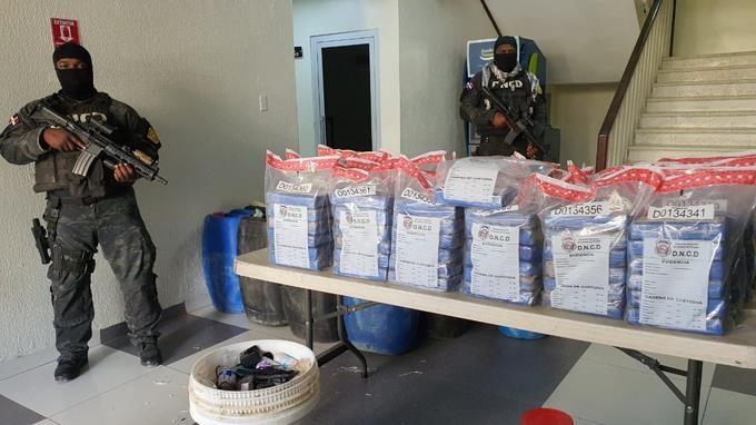 DNCD decomisa 133 paquetes de cocaína en una embarcación y apresa tres personas en Barahona