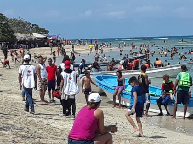 Las playas de Montecristi se llenan con bañistas del Cibao