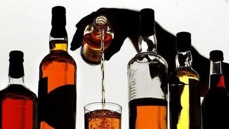 La alta carga tributaria sobre el comercio legal de alcoholes aumenta el mercado del ilícito