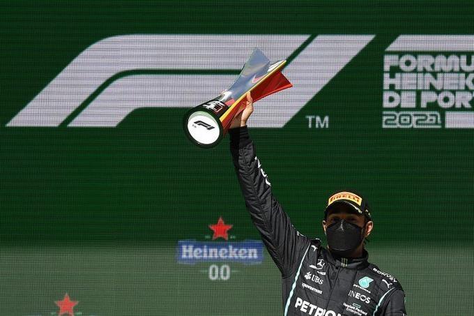 Hamilton triunfa en Portugal para segunda victoria en tres carreras
