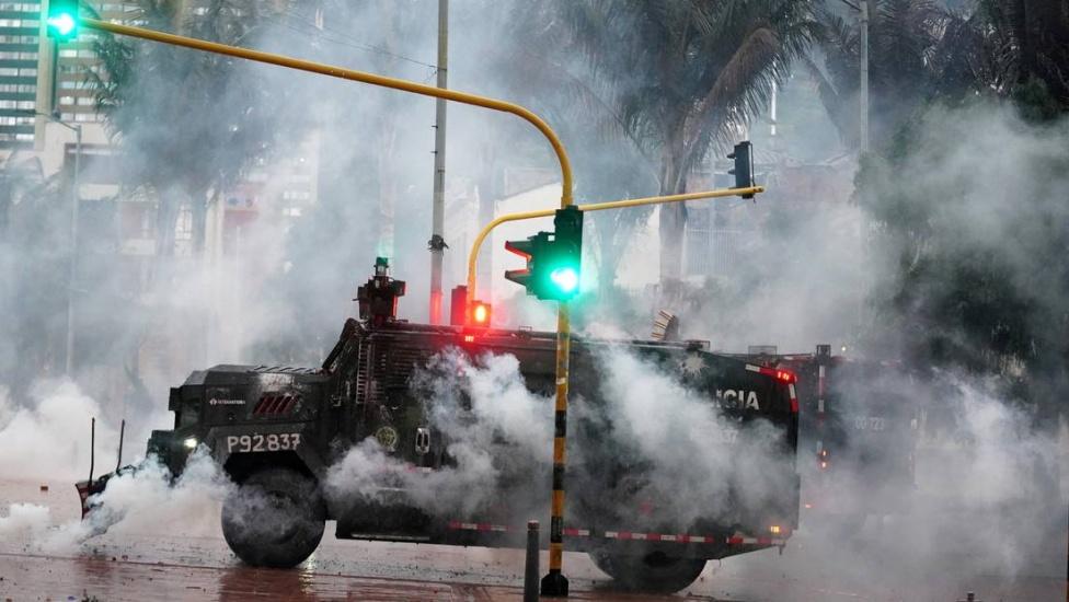 Human Rights Watch muestra a la Policía de Colombia disparando