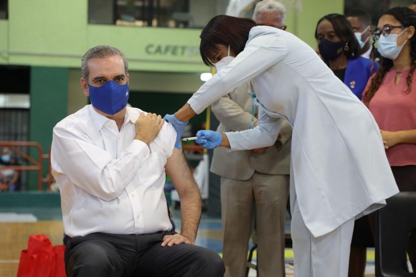 """Abinader: """"estamos planificando abrir la vacunación de manera general a partir del lunes"""""""