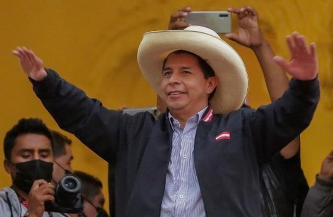 Pedro Castillo se mantiene adelante en elecciones de Perú, al 94,9 % de votos