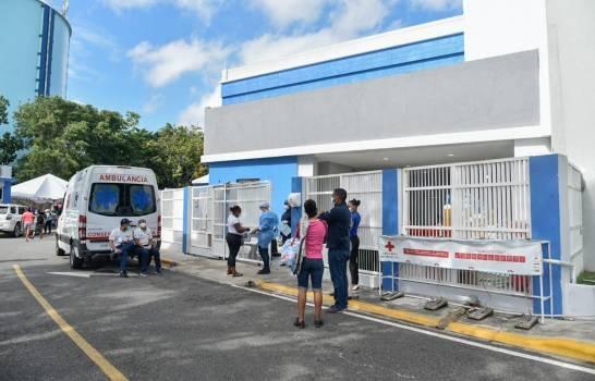 Contagiados continúan llegando al hospital Moscoso Puello pese a ocupación total de la unidad de COVID-19