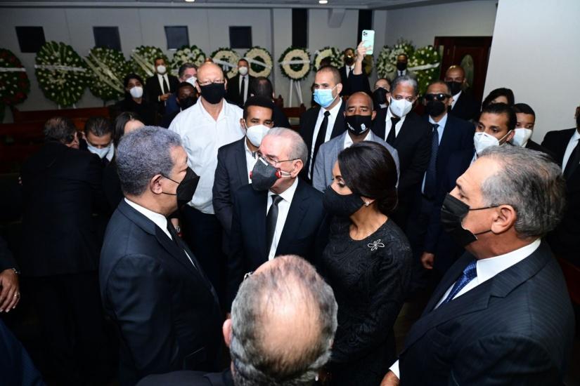 Danilo Medina y su esposa Candy asisten a funeraria Blandino a dar pésame a Leonel Fernández y familia