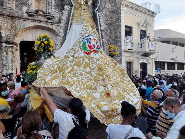 Cientos de catolicos realizan procesión en la Ciudad Colonial por el Día de Las Mercedes