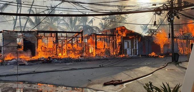 Fuego destruye los bares y restaurantes de Pueblo de Pescadores en Las Terrenas