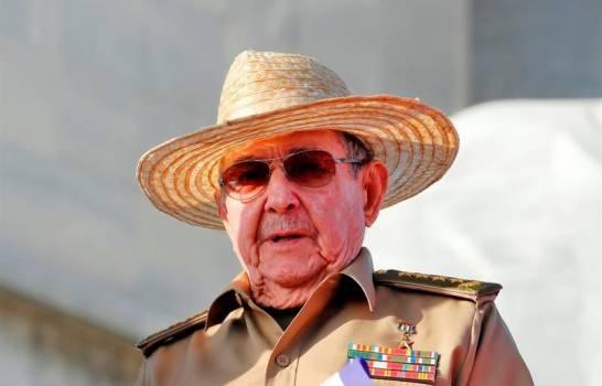 El expresidente cubano Raúl Castro reaparece en una ceremonia militar