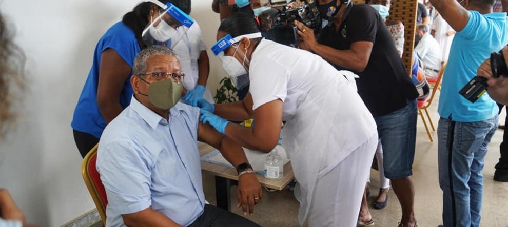 """""""Obligación"""" mueve a la gente a vacunarse ante inminentes medidas por COVID-19"""
